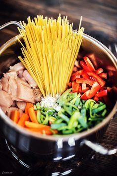 one pot pasta, einfaches alles in einen topf pasta rezept, hendl pasta, einfach, gesund & lecker. rezept gesund... pasta, gemüse, Hühnchen Rezept, Kinderessen, gesund und lecker, hähnchen pasta, nudeln, nudelrezept  easy one pot chicken recipe, vegetables and chicken, pasta, kidsfood, cooking for kids.