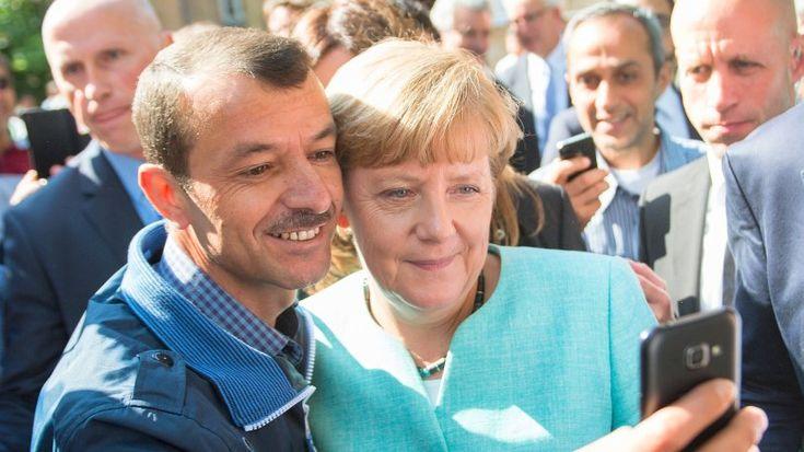 Angela Merkel soll mit Selfies Menschen zur Flucht nach Deutschland animiert haben, so ein Vorwurf. Eine Studie zeigt: Stimmt so nicht.