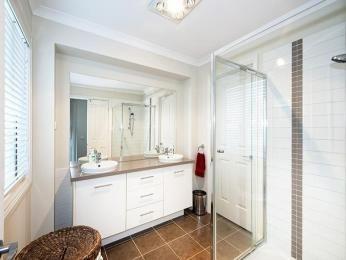Modern bathroom design with twin basins using glass - Bathroom Photo 526301
