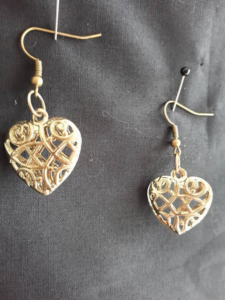 E415 OPEN GOLDTONE CELTIC PUFFED HEART ON ANTIQUE GOLD PLATED WIRES EARRINGS NEW
