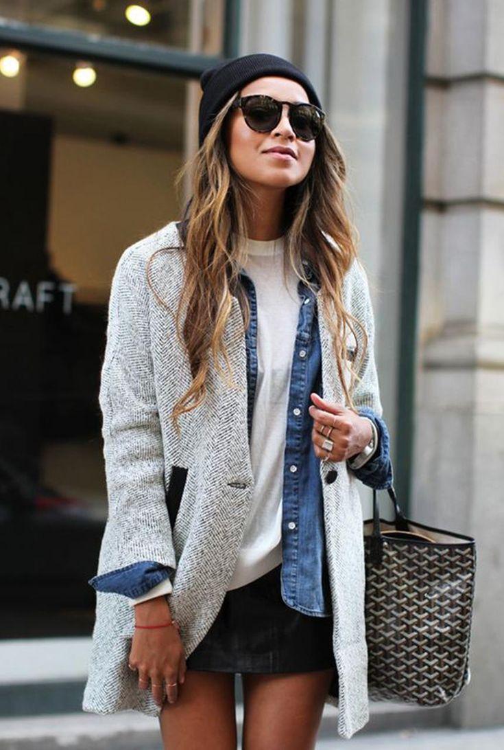 Conjunto caridgan gris, camisa tejana azul, camiseta blanca, falda negra, gorro negro, bolso multicolor y gafas negras