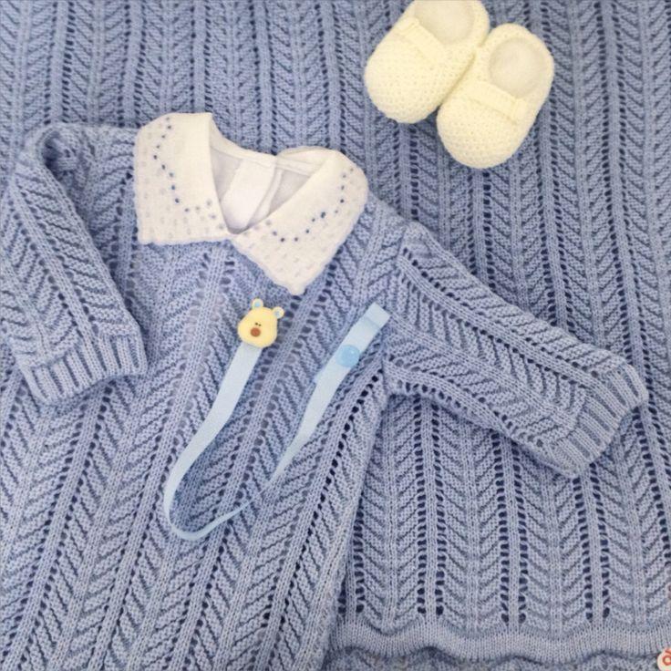 Saída de maternidade de tricot em um lindo tom de azul para os meninos.