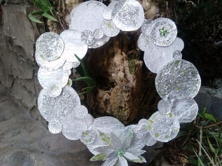 Corona navideña con tetrapack / Christmas wreath recicling  milk bottles