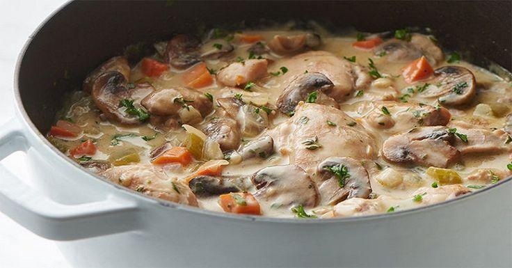 Fricasse cu pui și ciuperci este probabil cea mai veche rețetă din bucătăria franceză. Cu o istorie bogată, încă de pe timpul lui Napoleon Bonaparte, acest fel de mâncare este până acum foarte popular. Acesta se prepară atât cu pui, cât și cu carne de iepure, vită sau chiar pește. Deși este un fel de mâncare cald ce se prepară destul de simplu, acesta mereu iese deosebit de delicios. Bucurați-i pe cei dragi cu o cină în stil francez și laudele nu vor întârzia să apară. INGREDIENTE 300 g de…
