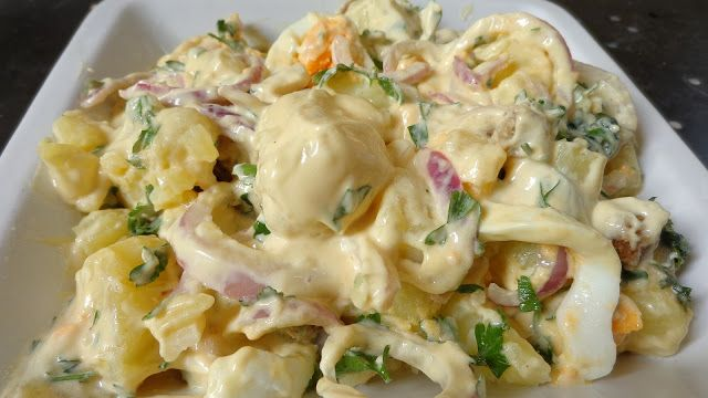 Υπέροχη σαλάτα να την προσθέσουμε στο τραπέζι μας ,αλλά και πλήρες γευστικό γεύμα .Αν περισσέψει την σκεπάζουμε στο ψυγείο και γίνετε όλο και πιο νόστιμη !!! Είναι πραγματικά πεντανόστιμη !!! Υλικά για ένα μεγάλο μπολ 6 πατάτες 2 κρεμμύδια μεγάλα 2 αυγά βρασμένα σφιχτά κομμένα σε ροδέλες 1 χούφτα κρουτόν 1 ματσάκι μαϊντανό ψιλοκομμένο 3-4