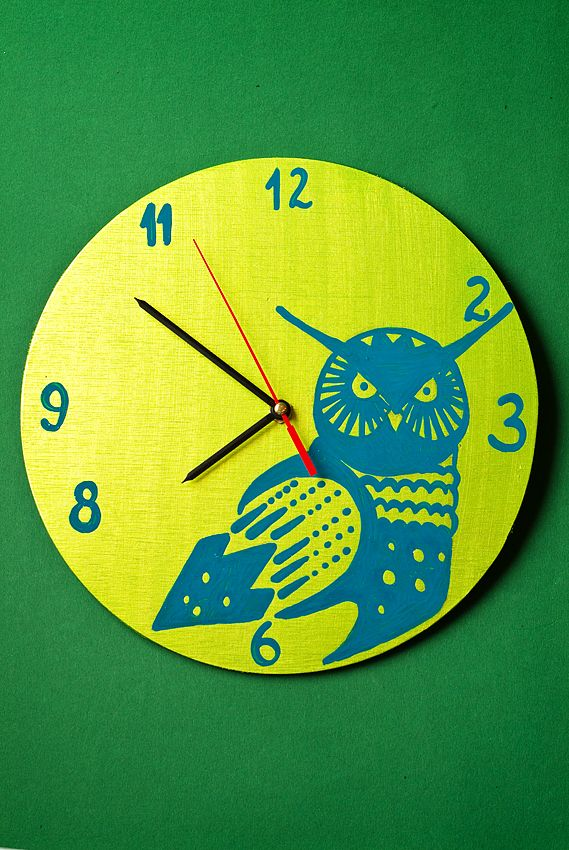 Ceasuri de perete, pictate manual pe baza de lemn. Mai multe detalii gasiti aici: http://www.myneverland.ro/lucrari/view/ceasuri-de-perete