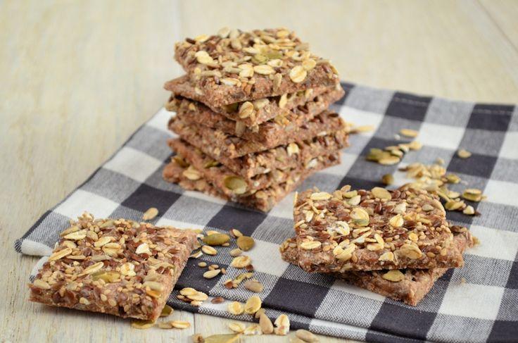 Een gezonde en lekkere snack: spelt crackers met zaden. Voor de lekkere trek een verantwoord tussendoortje. Recept van    Speltcrackers met zaden