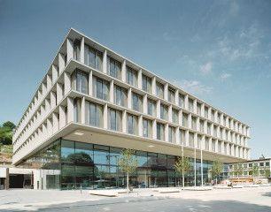 Unweit des Stuttgarter Bahnhofs ersetzt der Neubau der  Industrie- und Handelskammer ein Gebäude aus den 1950er Jahren