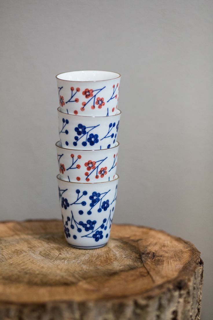 Set of 4 pieces cups with motifs of Japanese blue and red flowers, is a great design not only complement to the kitchen.