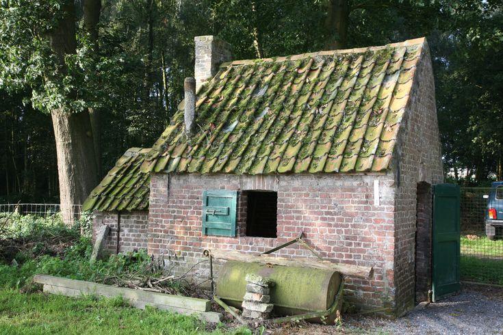 """Ovenbuur"""" of bakhuisje bij een woonhuis aan de rand van het Meykensbos te Dentergem, BE"""