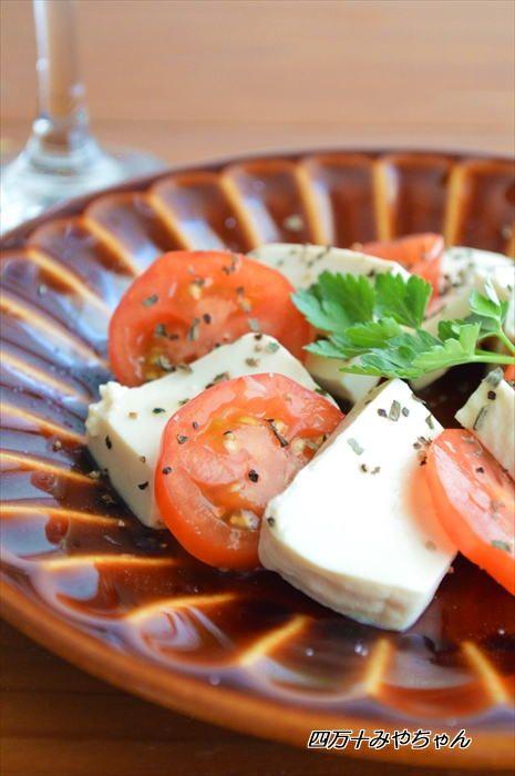 先日 紹介した「塩豆腐」前回は、アボカド料理でしたが、今回は トマト料理トマトと 塩豆腐で「カプレーゼ風」オリーブオイル、レモン汁などは お好みで調整して下さいねワインによく合う おつまみです                     ★★★レシピ★★★★ 材