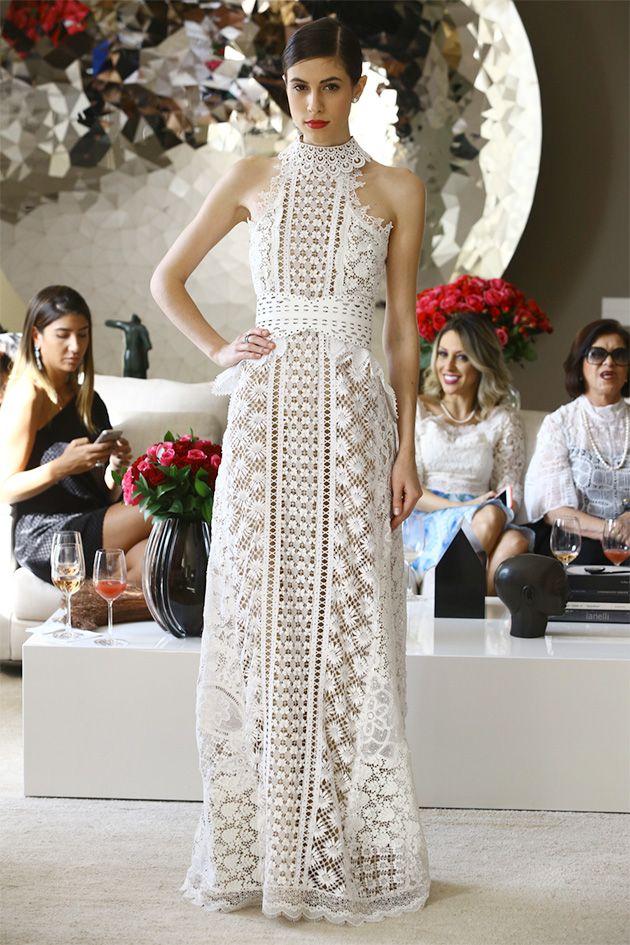 Entre os nossos favoritos está o vestido branco que mistura renda de bilro e renascença