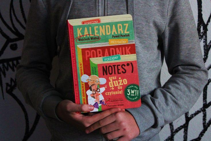 """Nie będzie to typowa recenzja, raczej pokażę kalendarz na zdjęciach – choć w rzeczywistości wygląda dużo lepiej.  """"Nie kalendarz"""" kupiłem na krakowskich targach książki. Jest wyjątkowy choćby dlatego, że nie wiem czy tytuł to """"Kalendarz"""" czy """"Nie kalendarz"""", bo """"Nie"""" jest tylko wylakierowane na okładce i raz je widać, raz nie."""