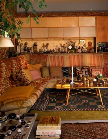 キリムは、シンプルで洗練されたミッドセンチュリーや北欧の家具を引き立ててくれます。イームズハウスの床に敷かれていたことでも有名で、インテリアデザイナーに注目されるようになりました。