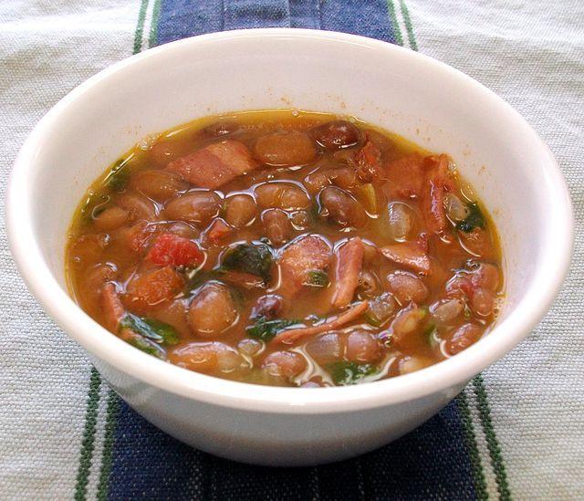 Sazonados con tocino, ajo, cebolla, tomate, y chile, los frijoles rancheros son uno de los platos esenciales de la cocina mexicana. Receta f