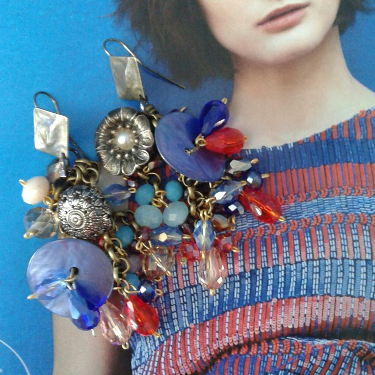 Orecchini creati con cristalli colorati, bottoni antichi anni 50 e bottoni in madreperla circolari..pezzo unico