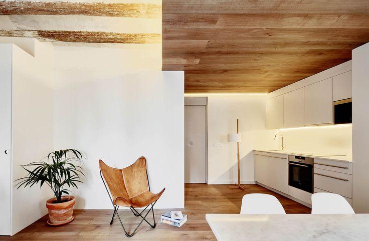 La 4ta planta de un antiguo edificio ubicado en el barrio barcelonés del Borne ha sido despojado de vestigios del pasado para exhibir el esplendor un nuevo uso