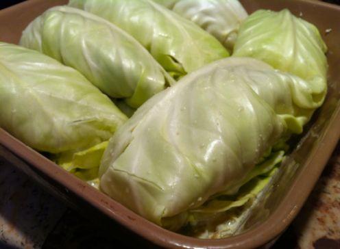 Simple Cabbage Enchiladas Recipe – Hip2Save;  met rode saus en een andere vulling ook veganistisch te maken!