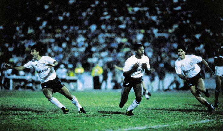 Viola (centro) marcou o gol que deu o título paulista ao Corinthians em 31 de julho de 1988, contra o Guarani. Marcelo Djian (à esquerda) e João Paulo também vibram. Foto: Divulgação