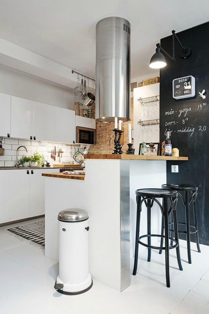 Кухня, объединенная с жилой комнатой. Барная стойка прекрасно подойдет и для дружеских встреч, и для завтраков, как для семьи, так и для одного человека