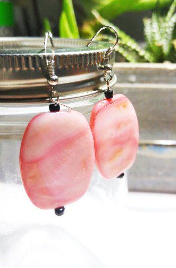 Boucles d'oreilles Rose saumon et noir , Accessoire femme , Les Trésors de Stéphanie de la boutique LesTresorsStephanie sur Etsy