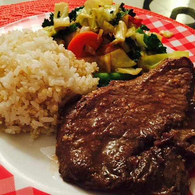 昨日の晩御飯🍴全然手はこんでない。  #ワンプレート #簡単ごはん #ステーキ #塩こしょう  #ガーリック #下味 #ケール #キヌア #白米 #栄養満点 #肉 #お味噌汁もあるぴょん #おからパウダー #お通じ良くなりますように #dinner #oneplate #stake #saltandpepper #garlic #kale #quinoa #nutrition #misosoup #alwaysnicedinnerwithhusband