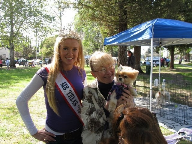Bella dons her tiara and poses with Ms Texas America 2012! Both Bella and Shanna are advocates and volunteers for Southern California Pomeranian Rescue.