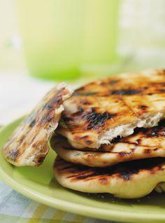 Recette de pain naan au barbecue. Cuire sur le gril. Servir avec les mets indiens, les légumes grillés et les salades-repas. Rendement de la recette: 4 pains.