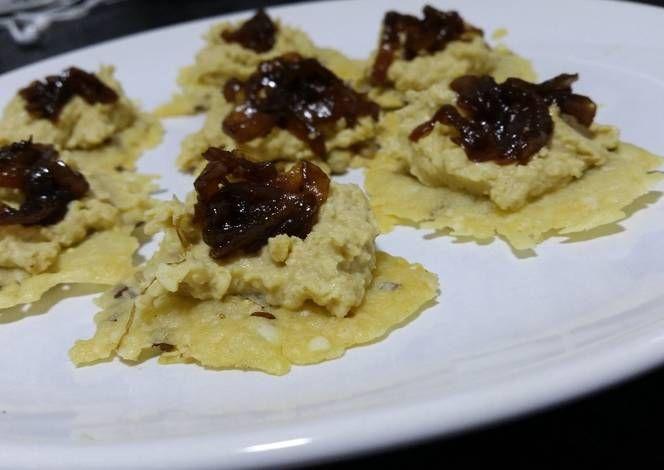 Canapés de queso parmesano, cebolla caramelizada y humus