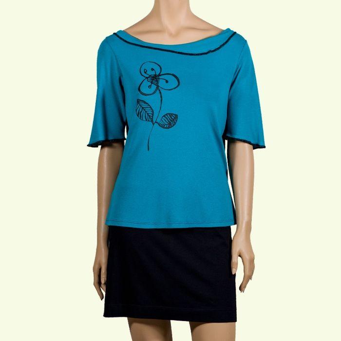 Camiseta azul con una flor estampada en serigrafia. #Primavera #casual #InstintoBcn