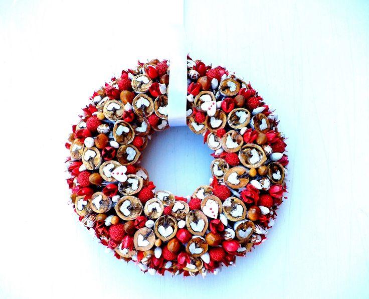 Nuts .Preparowane własnoręcznie orzechy włoskie ,laskowe na wiklinie.