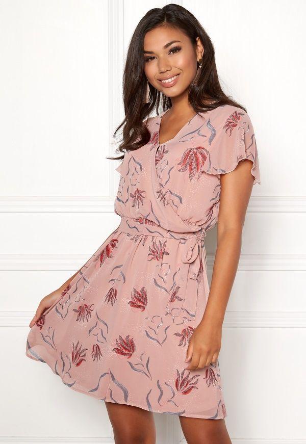 77ce4178 VILA Saffa Nandi S/S Dress Superfin klänning i blommigt mönster från VILA.  Klänningen