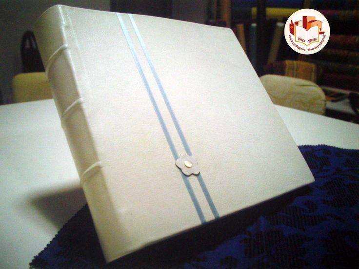 Album fotografico per matrimonio, con nervature sul dorso. Similpelle bianca e nastro di raso azzurro. Fatto da noi: www.rilegoerileggo.org