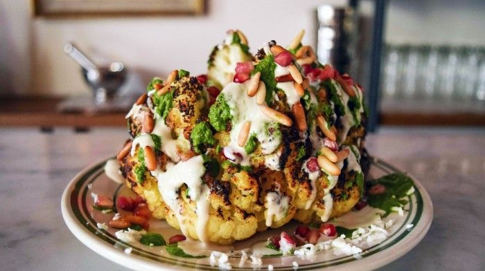 Gerösteter Blumenkohl mit Tahina, Halloumi und Granatapfelkernen | MUNCHIES