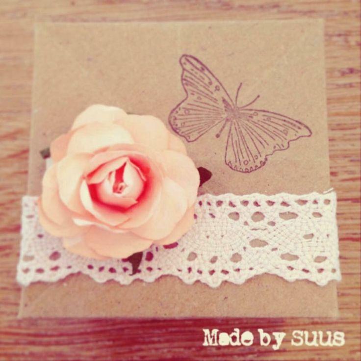 Wat een lief doosje maakte ik van kraft papier! Zo lief met dat kanten lintje en papieren roosje. De vlinder stempel maakt het helemaal af