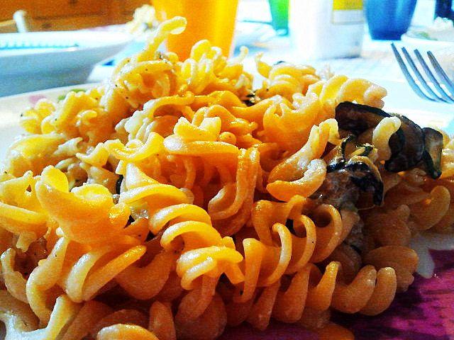 Pasta di lenticchie rosse vegan con salsa di zucchine - vegan red lentils pasta with zucchini sauce