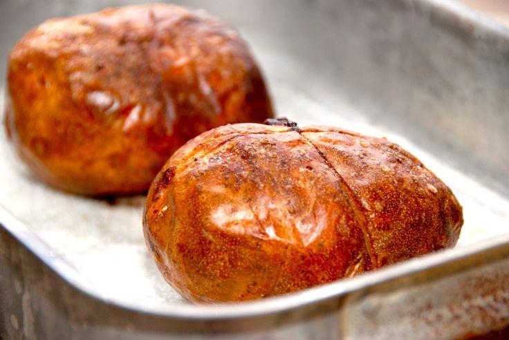 Se her hvordan du laver de allerbedste bagekartofler i ovnen. De bagte kartofler bages uden sølvpapir og smøres med olie. Noget af det jeg får flest spørgsmål omkring, er hvordan man laver de bedst…
