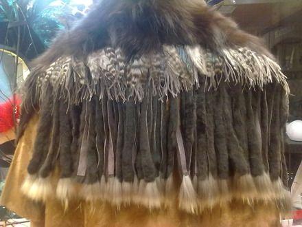 Assemblage de franges de lapins agrémenté d'un col de renard et d'une frange de plume de coq chinchilla naturel dimensions 1 mètre et large de 40 cm Se ferme par un crochet c - 6454397