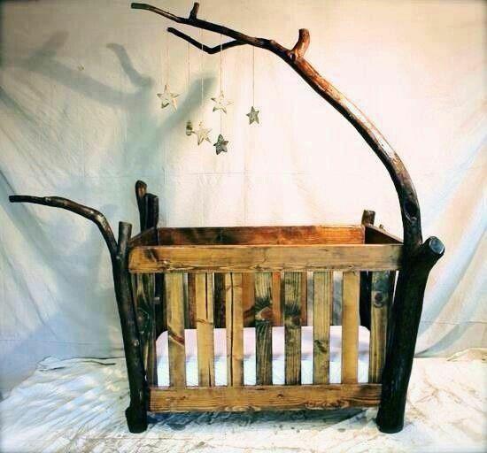 Lit bébé créatif avec des vraies branches d'arbre