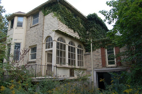 A medium sized mansion located in london ontario six - White oaks swimming pool london ontario ...