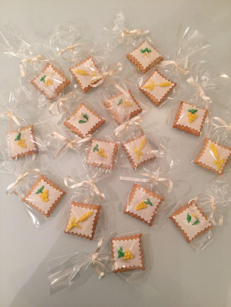 Biscotti ' segnaposto' per Prima Comunione decorati con pasta di zucchero.