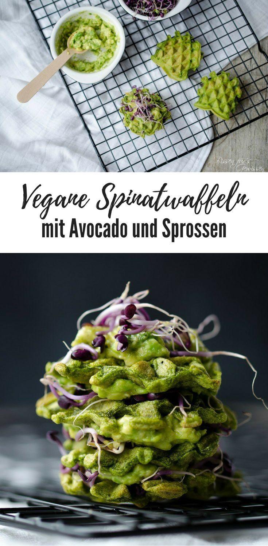 vegan und gesund: Spinatwaffeln mit Avocado und Sprossen. Grüne Waffeln, pikante Waffeln