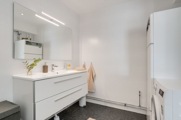 snyggt renoverat badrum med dubbelhandfat och stor spegel