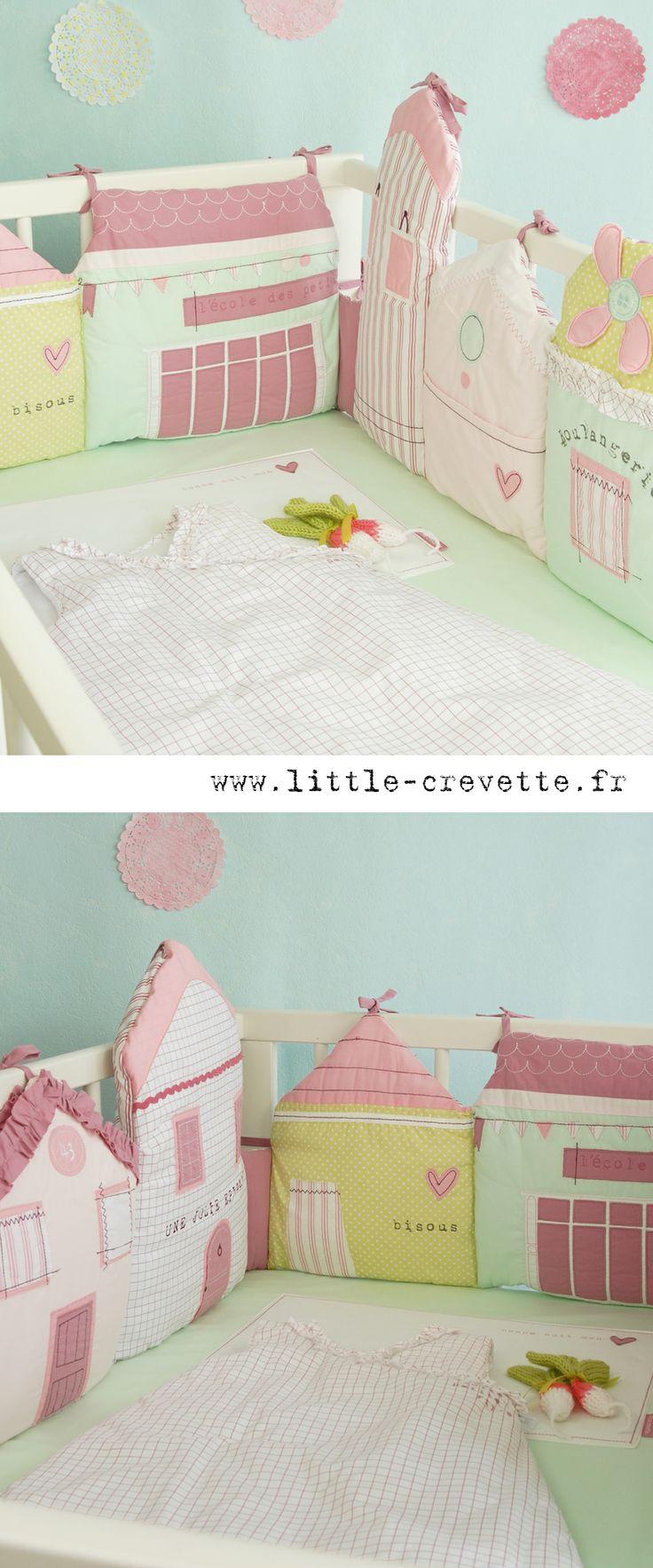 Tour de lit Petites maisons - un tour de lit comme une petite rue avec son école, sa boulangerie, son épicerie, son moulin...et même une petite poche pour y ranger la tututte de bébé. A découvrir sur www.little-crevette.fr #tourdelit #bebe #pastel