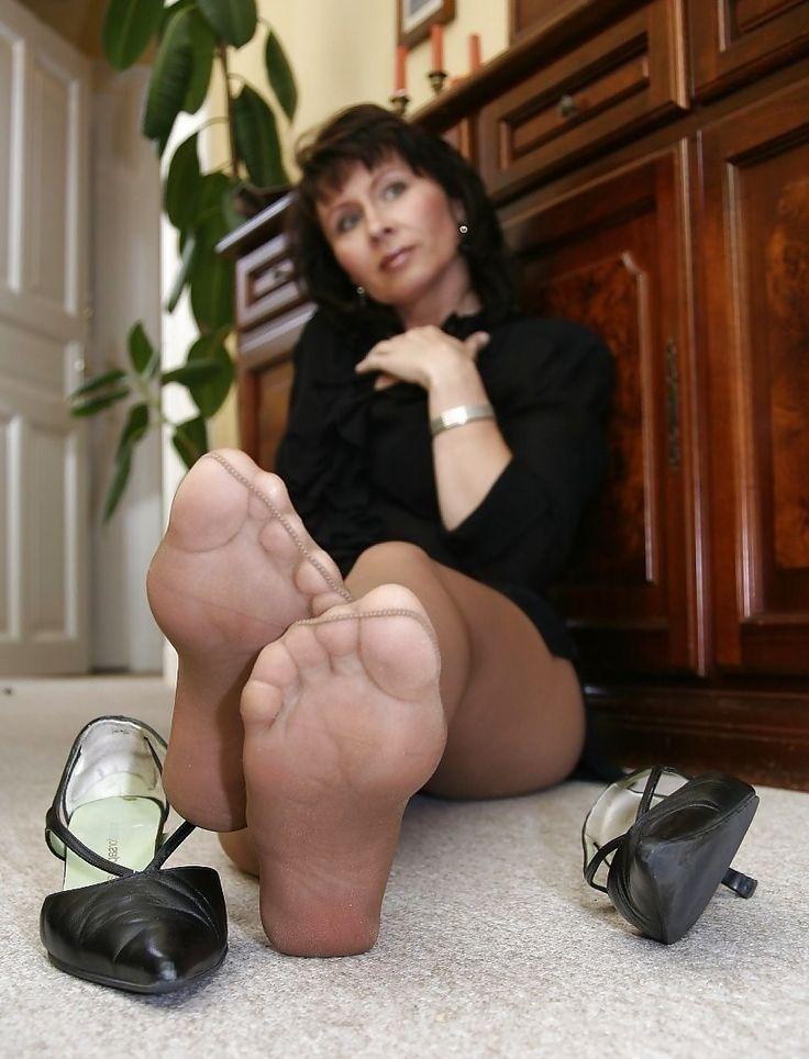 MILF Janet Füße in Nylons
