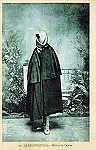 Nº 20 - OLHÃO. Mulher de capote - Edição de Souza & Ventura Lda, Olhão - Dim. 14x9 cm - Col. A. Monge da Silva (1920)