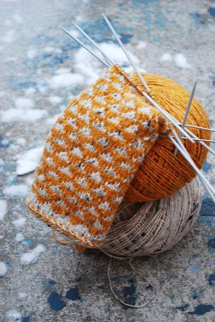 Fint med det halvferdige strikketøyet mot bakgrunnen som også har litt forskjellige farger men fortsatt er i én farge.