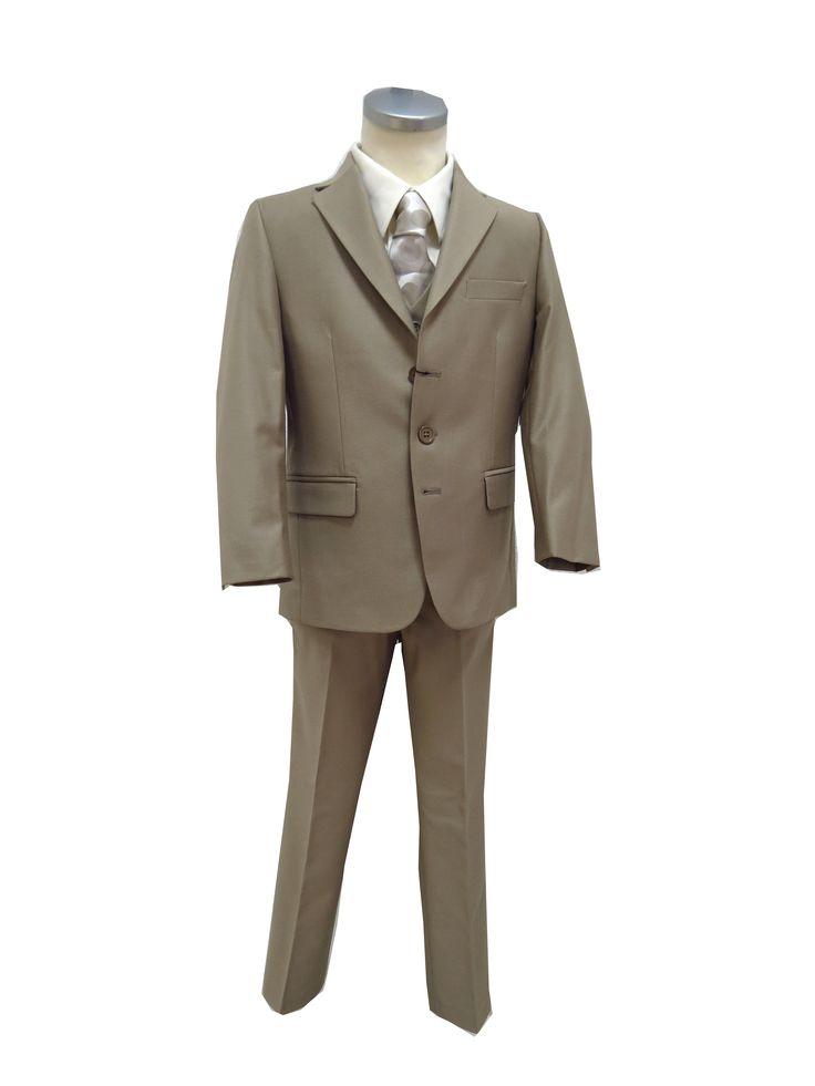 3-delige bruidsjongen pak in de kleur beige. Het pak is gemaakt van luxe stof met een italiaanse pasvorm. Het pak bestaat uit: een broek met mooie smalle rechte pijpen en insteekzak achter, jasje met 3 knopen, 2 splitten aan de achterzijde en een gilet met 5 knopen.
