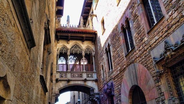 #barcelone #barcelona #барселона #чемзаняться #кудапойти #чтопосмотреть #достопримечательности #достопримечательностибарселоны #районыбарселоны #готическийквартал Готический квартал в Барселоне. Как ходить на свидания в Барселоне: руководство для девушек | Барселона10 - путеводитель по Барселоне