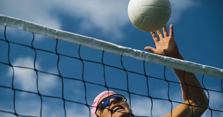 Como consertar um vazamento em bola de vôlei. O voleibol foi inventado em 1895, e a bola usada atualmente entrou em vigor em 1900. Similarmente a pneus de bicicleta, as bolas de vôlei possuem uma câmara interna (que pode obter um vazamento não maior do que um buraco de agulha) coberta por uma camada externa durável (que se rachar eventualmente causa um vazamento na câmara interna). Em vez de ...